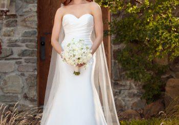Einfaches Brautkleid aus Seide mit abnehmbarem Schleppe